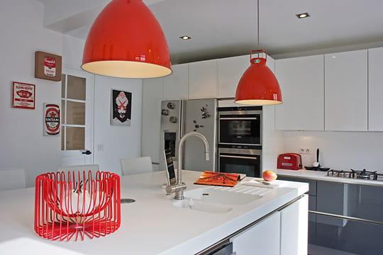 En rouge et blanc une maison de ville au look m tiss journal des femmes - Cuisine en rouge et blanc ...