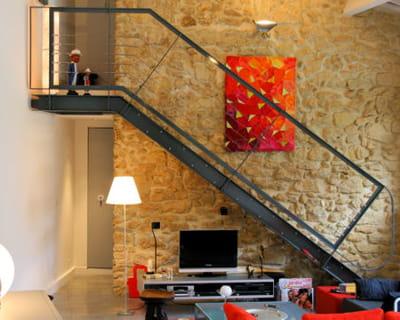 laisser les murs de pierre apparents. Black Bedroom Furniture Sets. Home Design Ideas