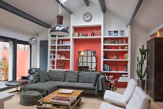 salon sur fond rouge les salons annoncent la couleur journal des femmes. Black Bedroom Furniture Sets. Home Design Ideas