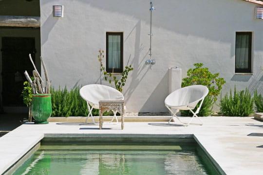 au bord de la piscine les salons d 39 t s 39 installent au jardin journal des femmes. Black Bedroom Furniture Sets. Home Design Ideas