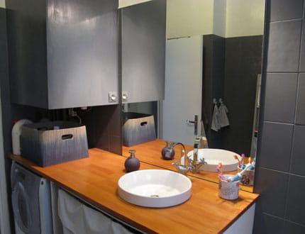 une salle de bains gris et bois visitez la maison de laurie journal des femmes. Black Bedroom Furniture Sets. Home Design Ideas