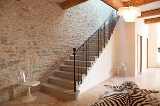 Fluidit d co naturelle et blanche dans un moulin for Decoration descente escalier interieur