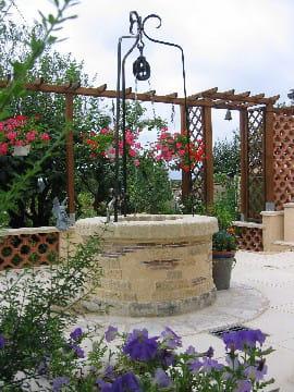 Un puits tr s d coratif sur la terrasse le jardin for Puits decoratif jardin