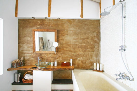 Galets dans la salle de bains une d co en bois flott for Salle de bain bois flotte