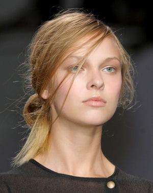 Chignon bas coiffé-décoiffé : Oh les jolies coiffures de l'été ! - Journal des Femmes