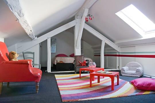 une chambre d 39 enfant sous les toits. Black Bedroom Furniture Sets. Home Design Ideas