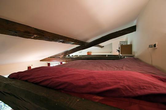 un lit suspendu combles et greniers des espaces malins. Black Bedroom Furniture Sets. Home Design Ideas