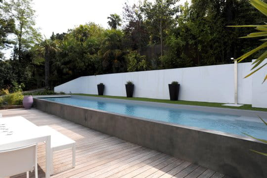 Un couloir de nage tr s contemporain for Piscine hors sol beton a debordement