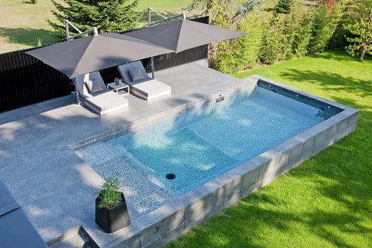 Une piscine hors sol aux lignes pur es des piscines de for Piscine carre bleu