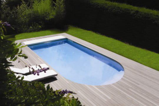 Une piscine au design r solument contemporain des for Accessoire piscine magiline