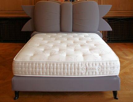 Lit noeud gris chantal thomass dessine des lits pour treca jo - Tete de lit en forme de noeud ...