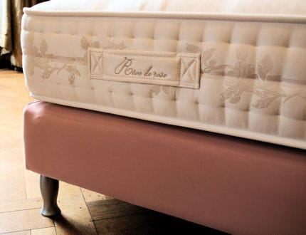 matelas r ve de rose et pied galb chantal thomass. Black Bedroom Furniture Sets. Home Design Ideas