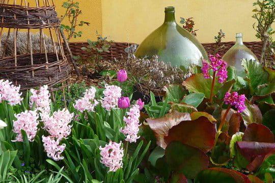 Des bonbonnes comme objet de d coration un jardin aux - Deco jardin journal des femmes toulouse ...