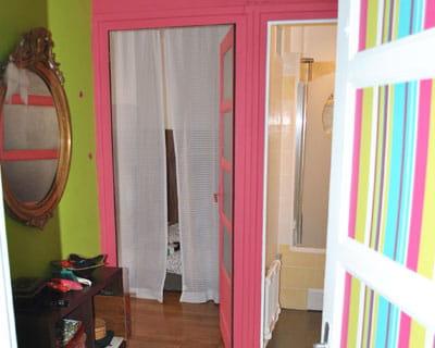 hall d 39 entr e aux couleurs vives la tendance color block en d co journal des femmes. Black Bedroom Furniture Sets. Home Design Ideas