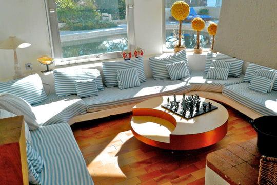 un salon lumineux et confortable la villa de vacances de dalida en corse journal des femmes. Black Bedroom Furniture Sets. Home Design Ideas