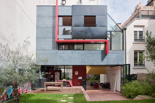 Une maison colo ouverte sur la ville une maison de for Facade maison originale