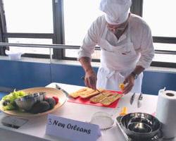 georges etesse prépare le new-orléans, un sandwich international
