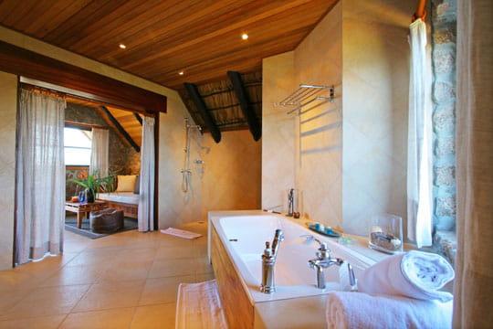 salle de bains ouverte esprit nature aux seychelles journal des femmes. Black Bedroom Furniture Sets. Home Design Ideas