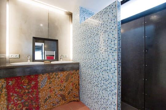 une salle d 39 eau tr s spartiate. Black Bedroom Furniture Sets. Home Design Ideas