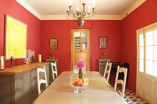 Parure gourmande charme et couleurs dans une maison du for Couleur pour salle a manger
