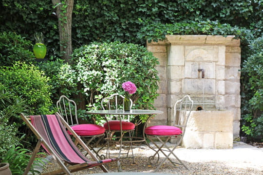 petit jardin de village charme et couleurs dans une maison du xviiie journal des femmes. Black Bedroom Furniture Sets. Home Design Ideas