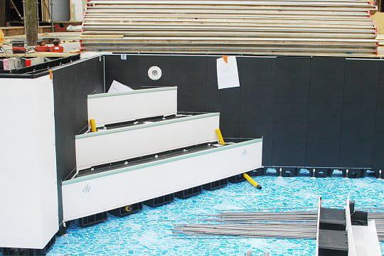une piscine hors sol avec 2 escaliers piscine secret. Black Bedroom Furniture Sets. Home Design Ideas
