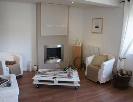 Salon intimiste au coin de la chemin e visitez la maison for Petit salon avec cheminee