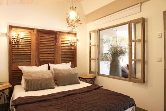 persiennes anciennes 50 id es pour refaire sa t te de lit journal des femmes. Black Bedroom Furniture Sets. Home Design Ideas