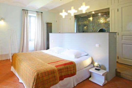 une cloison ouverte 50 id es originales pour refaire sa t te de lit journal des femmes. Black Bedroom Furniture Sets. Home Design Ideas