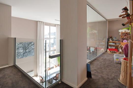 Une mezzanine prot g e par le verre des mezzanines copier journal des f - Fermeture mezzanine verre ...