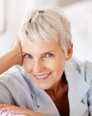 Coiffure coupe courte femme cheveux blancs